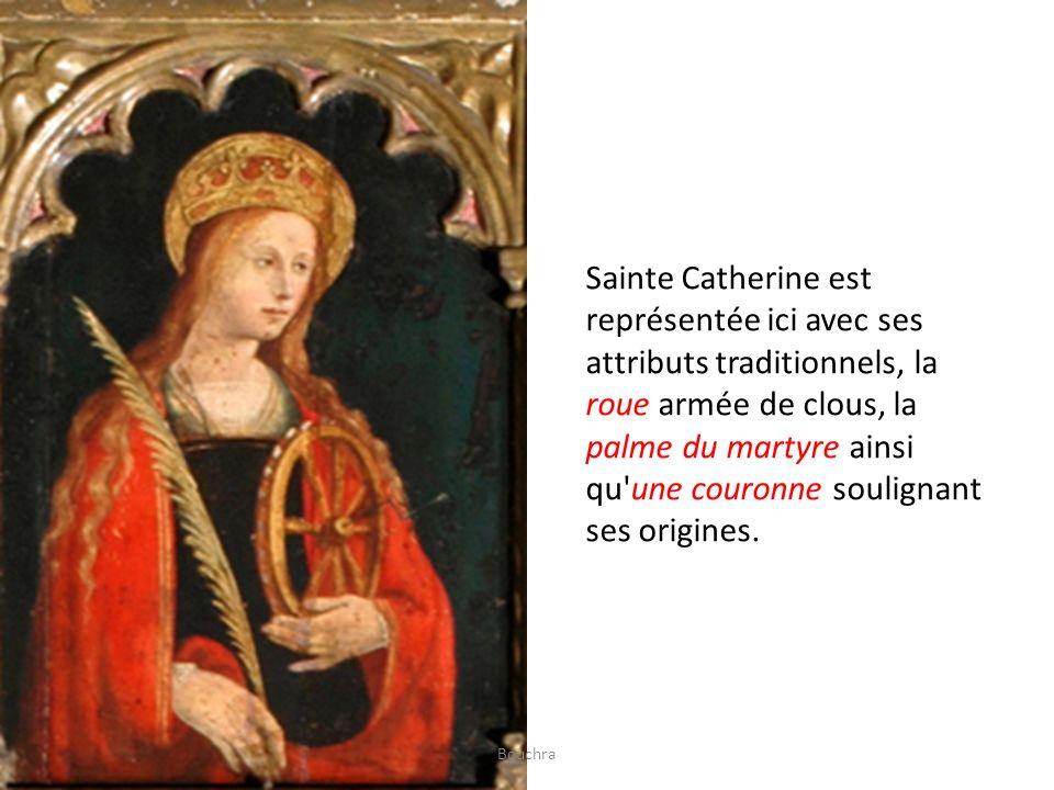 Sainte Catherine est représentée ici avec ses attributs traditionnels, la roue armée de clous, la palme du martyre ainsi qu'une couronne soulignant se