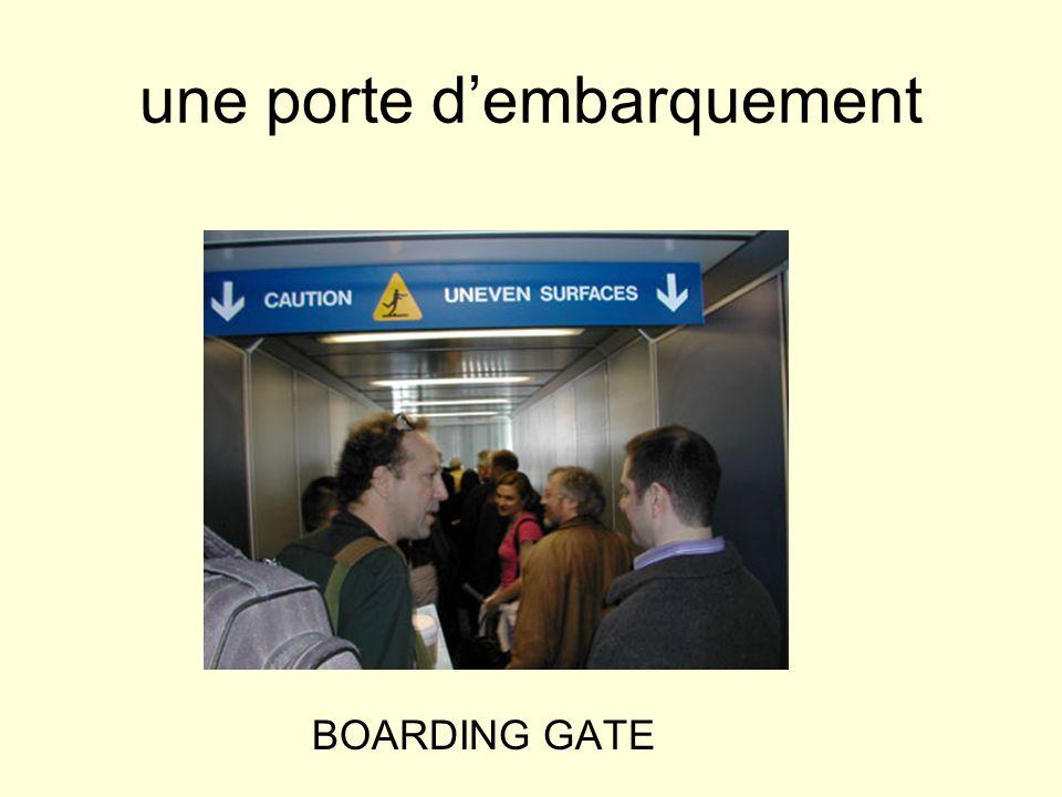 une porte dembarquement BOARDING GATE