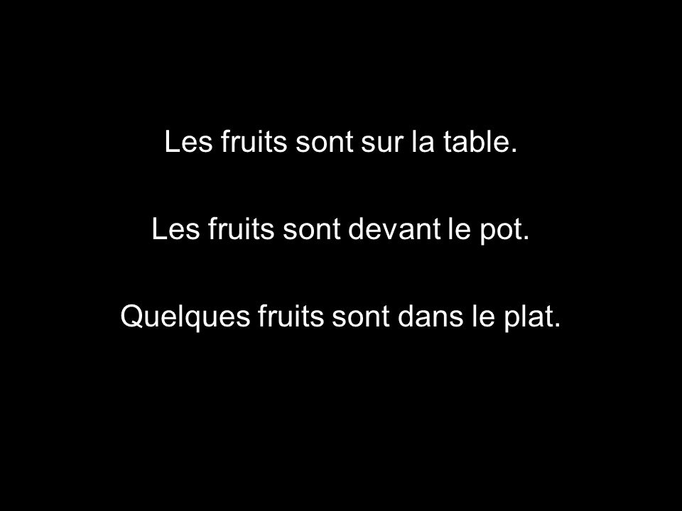 Les fruits sont sur la table. Les fruits sont devant le pot. Quelques fruits sont dans le plat.