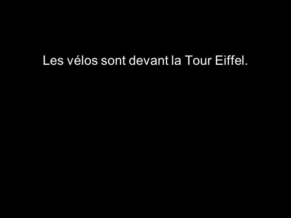 Les vélos sont devant la Tour Eiffel.