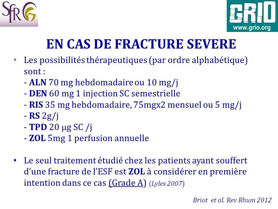 Les possibilités thérapeutiques (par ordre alphabétique) sont : - ALN 70 mg hebdomadaire ou 10 mg/j - DEN 60 mg 1 injection SC semestrielle - RIS 35 m