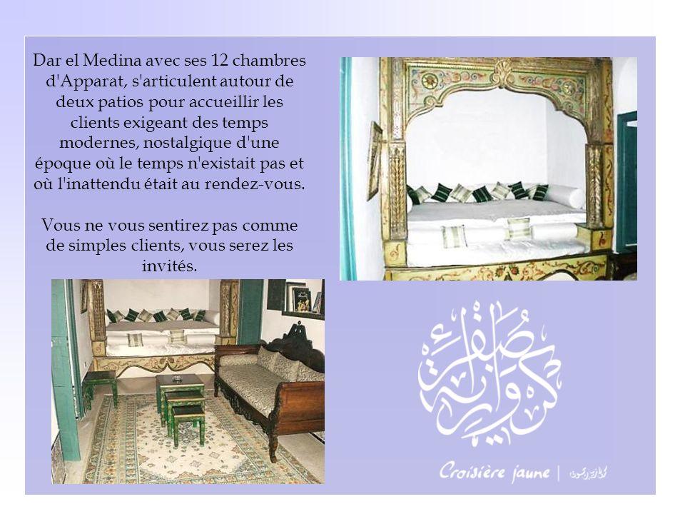Une porte entrouverte laisse échapper un panorama somptueux sur les voiliers de la Méditerranée et les toits de Tunis.