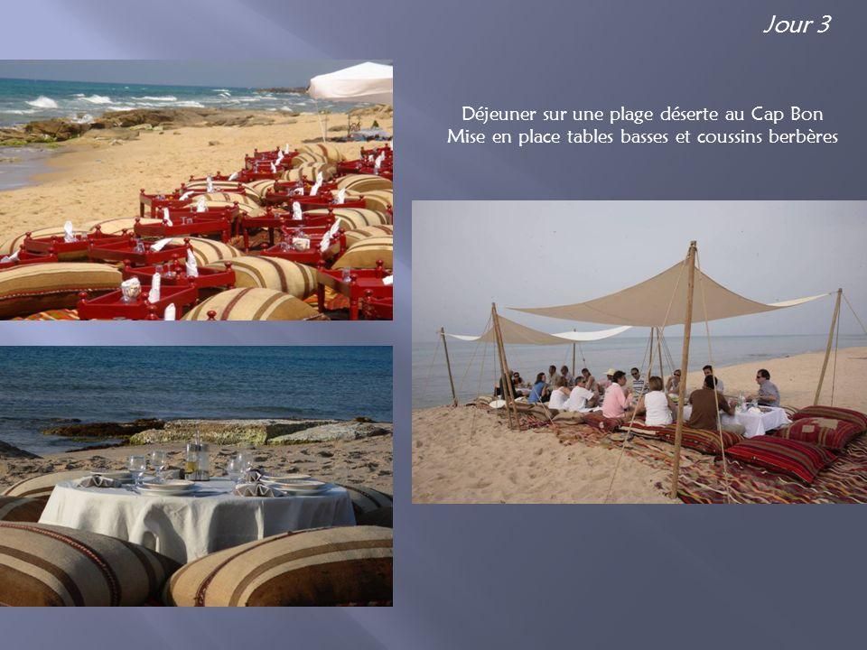 Déjeuner sur une plage déserte au Cap Bon Mise en place tables basses et coussins berbères Jour 3