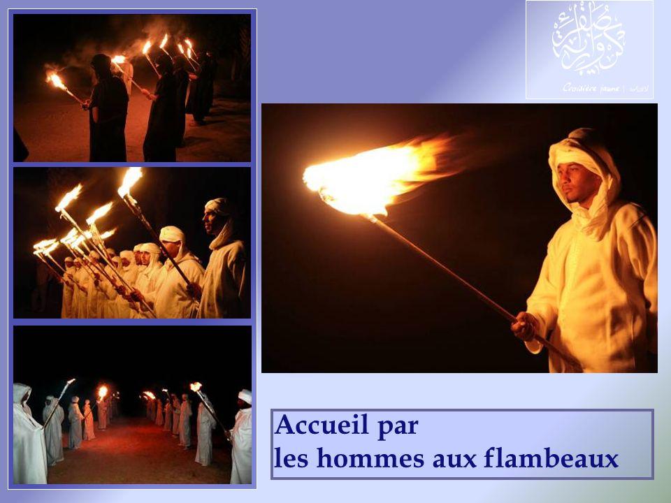 Accueil par les hommes aux flambeaux