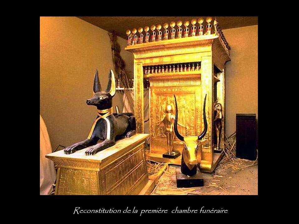 Coffre en forme de chapelle surmonté d'Anubis