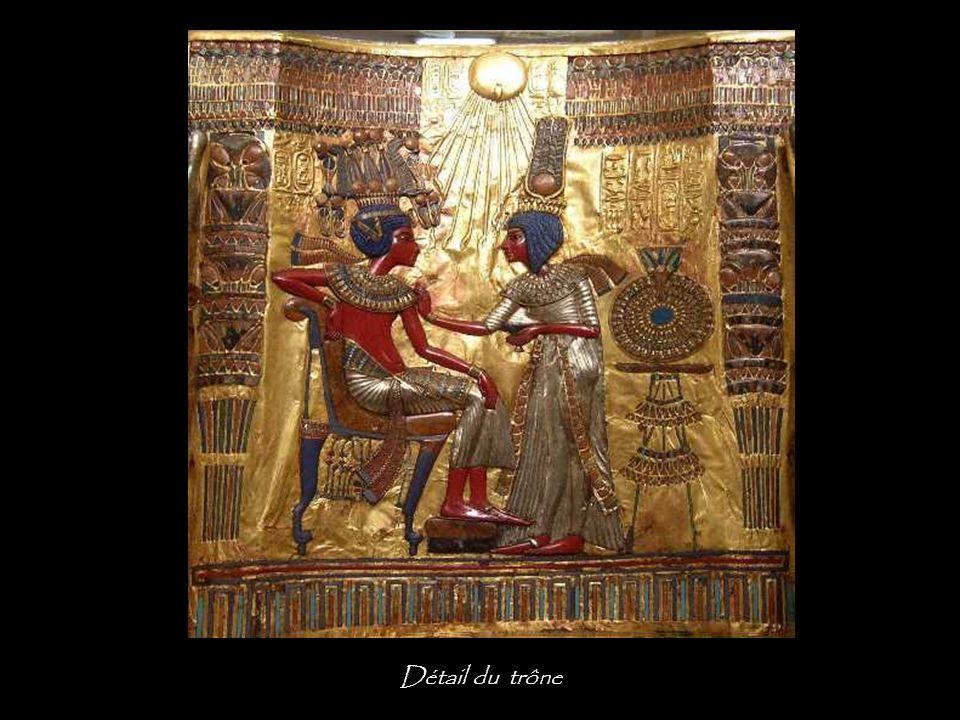 Les bras du trône représentent deux serpents ailés portant la double couronne et gardant les cartouches de Toutânkhamon. Les pieds antérieurs sont orn