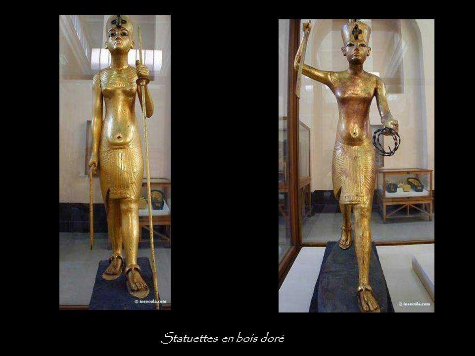 Le caveau renfermait trente deux statuettes, dont sept royales. La série, qui constitue un panthéon des divinités égyptiennes, évoque le cycle des myt