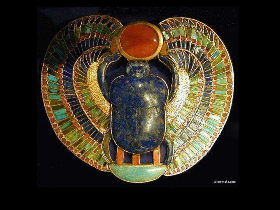 Les scarabées Ces petites figurines de pierre devaient empêcher l'âme du défunt d'être dévorée par Ammit. Ammit est la déesse qui, lors de la pesée du
