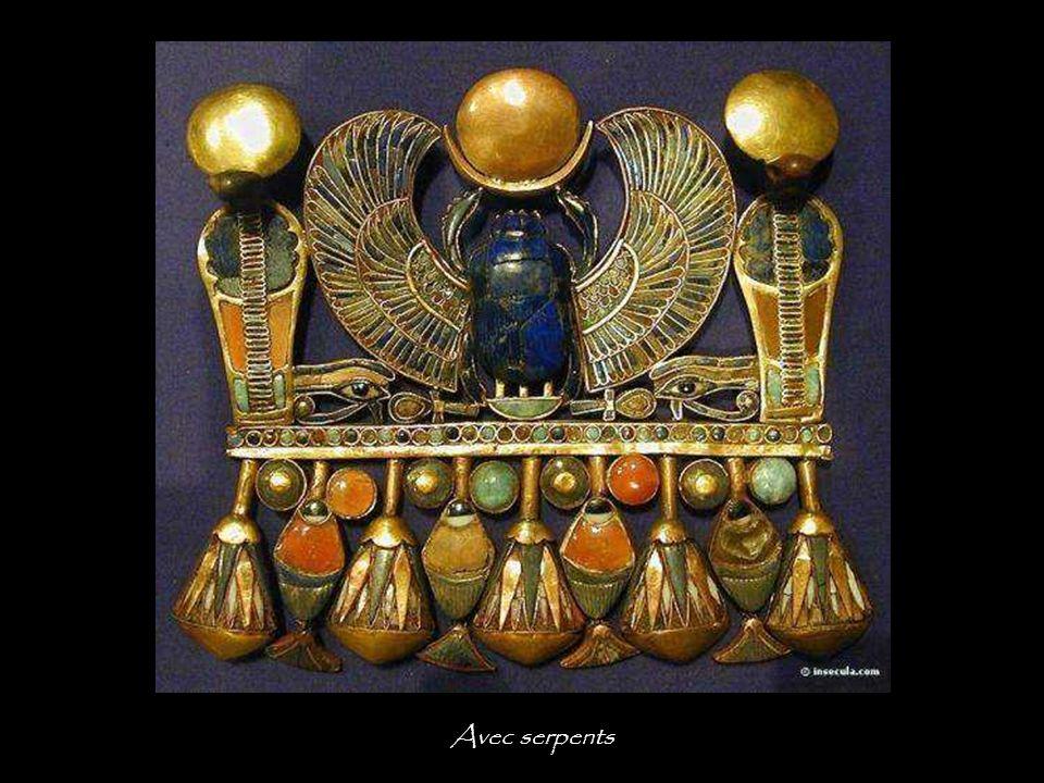 Collier pectoral avec scarabées et babouins Le scarabée dans la barque divine représente le dieu soleil à l'aube.