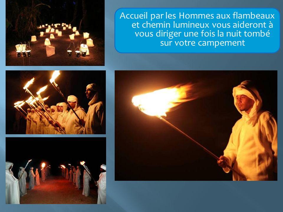 Accueil par les Hommes aux flambeaux et chemin lumineux vous aideront à vous diriger une fois la nuit tombé sur votre campement