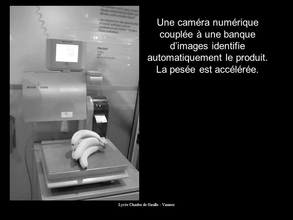 Une caméra numérique couplée à une banque dimages identifie automatiquement le produit. La pesée est accélérée.