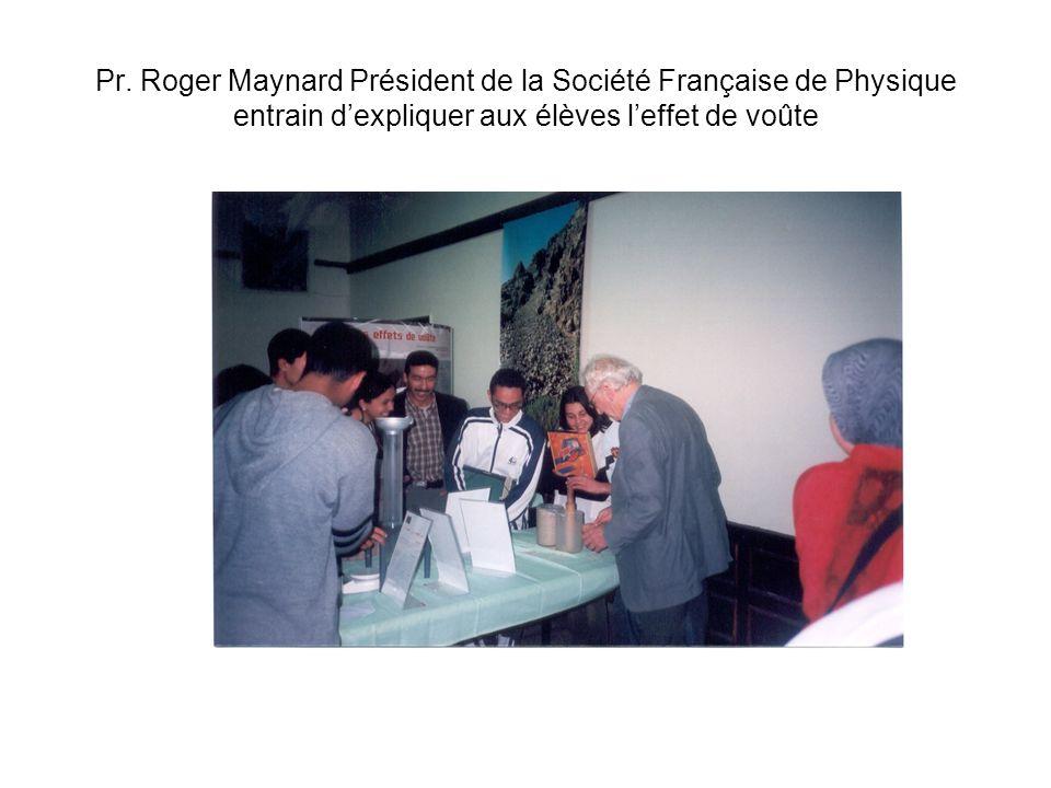 Pr. Roger Maynard Président de la Société Française de Physique entrain dexpliquer aux élèves leffet de voûte