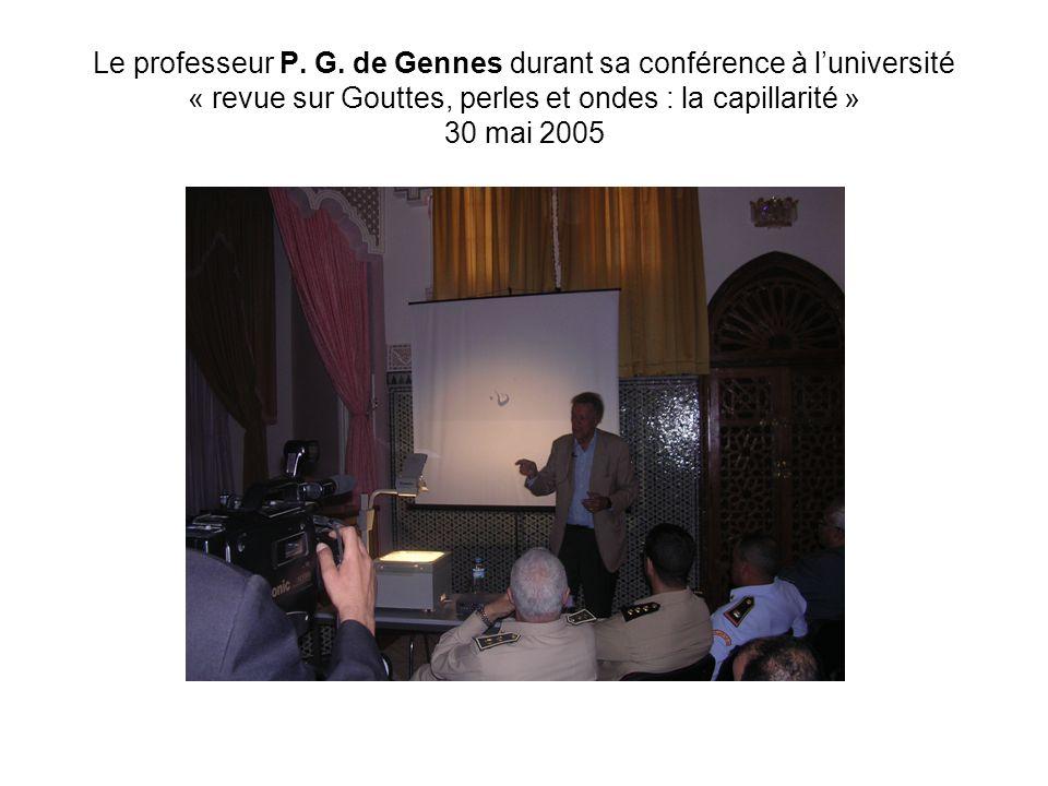 Le professeur P. G. de Gennes durant sa conférence à luniversité « revue sur Gouttes, perles et ondes : la capillarité » 30 mai 2005