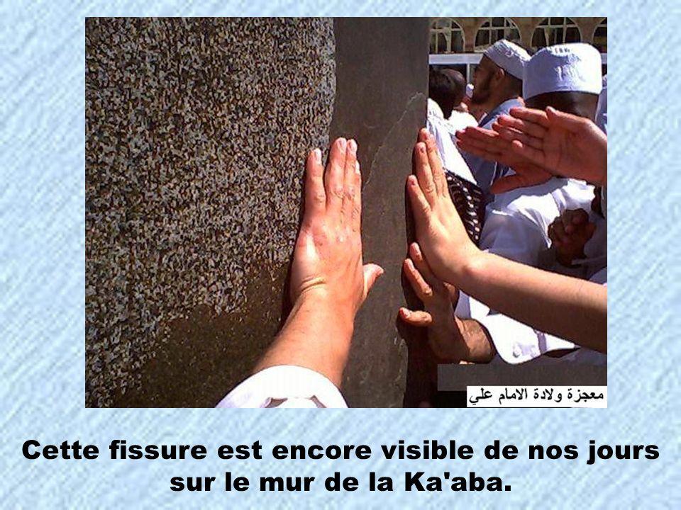 Cette fissure est encore visible de nos jours sur le mur de la Ka'aba.