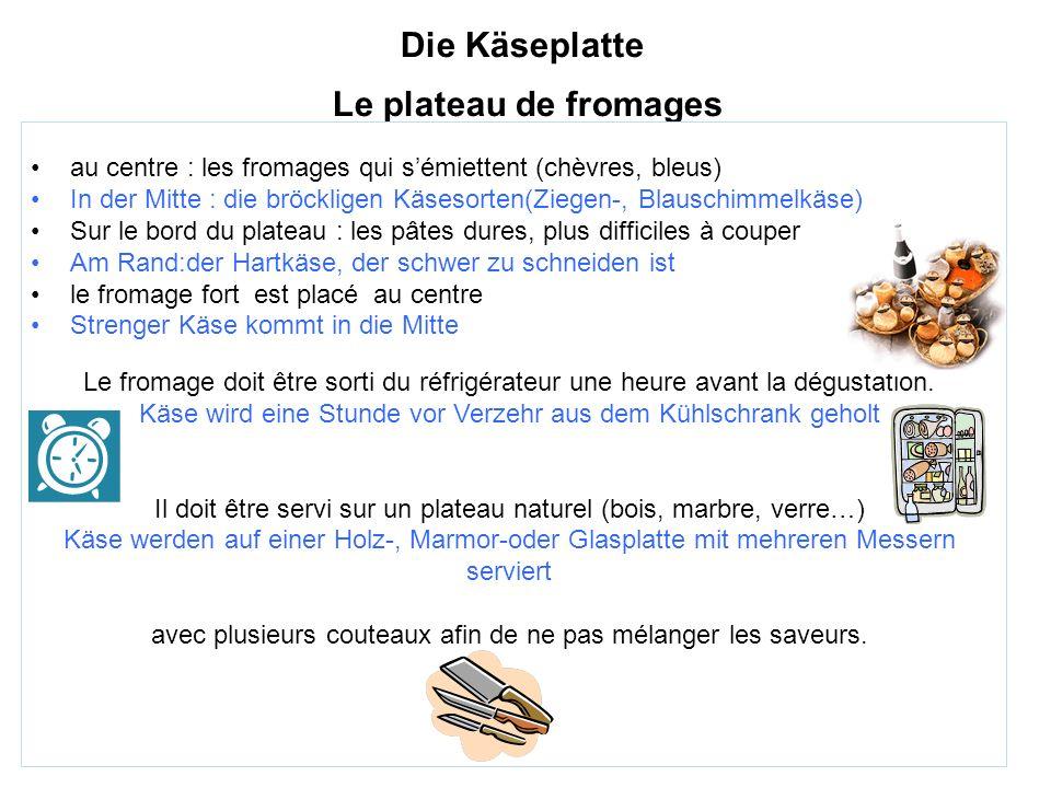 Die Käseplatte Le plateau de fromages au centre : les fromages qui sémiettent (chèvres, bleus) In der Mitte : die bröckligen Käsesorten(Ziegen-, Blaus