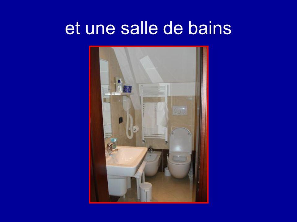 et une salle de bains