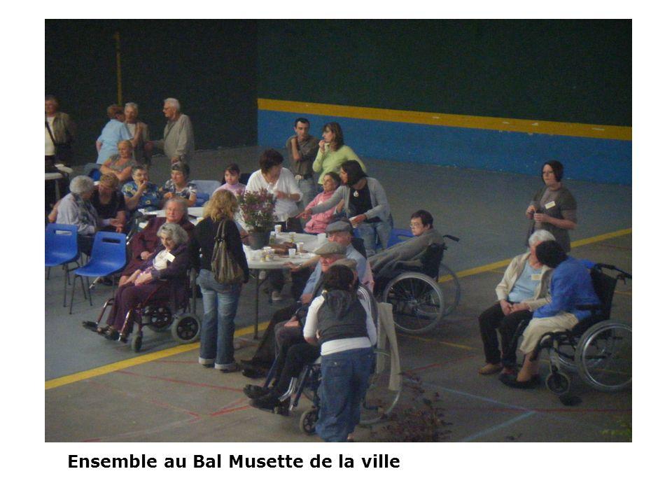 Ensemble au Bal Musette de la ville