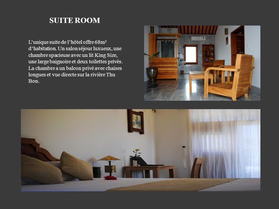 Lunique suite de lhôtel offre 68m² dhabitation. Un salon séjour luxueux, une chambre spacieuse avec un lit King Size, une large baignoire et deux toil