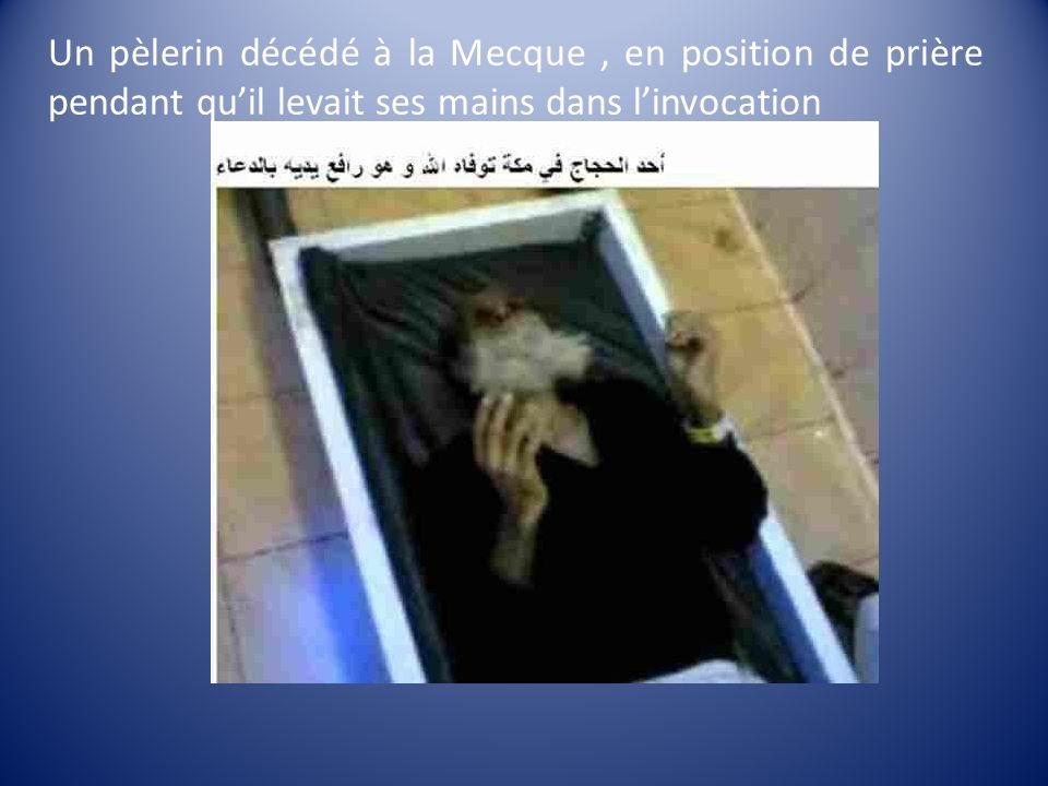 Un pèlerin décédé à la Mecque, en position de prière pendant quil levait ses mains dans linvocation