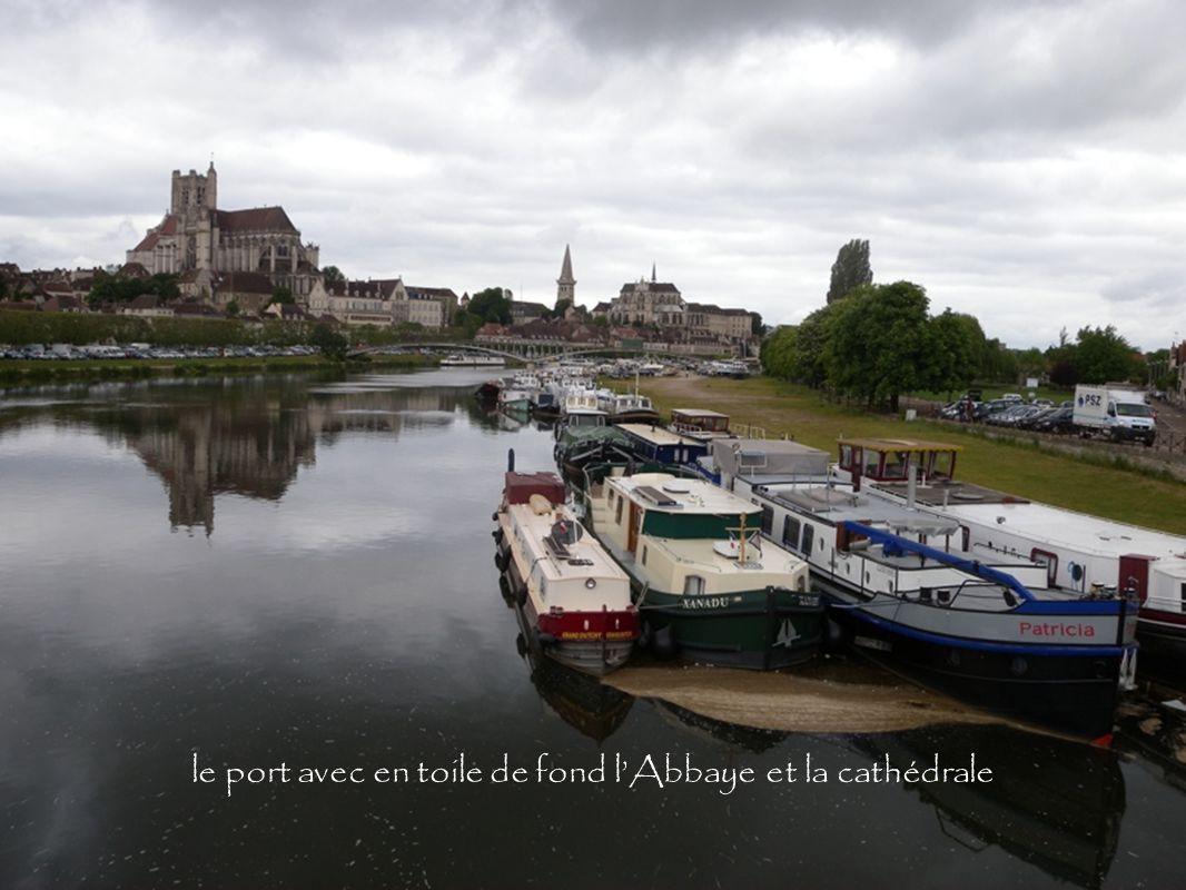 le port avec en toile de fond lAbbaye et la cathédrale
