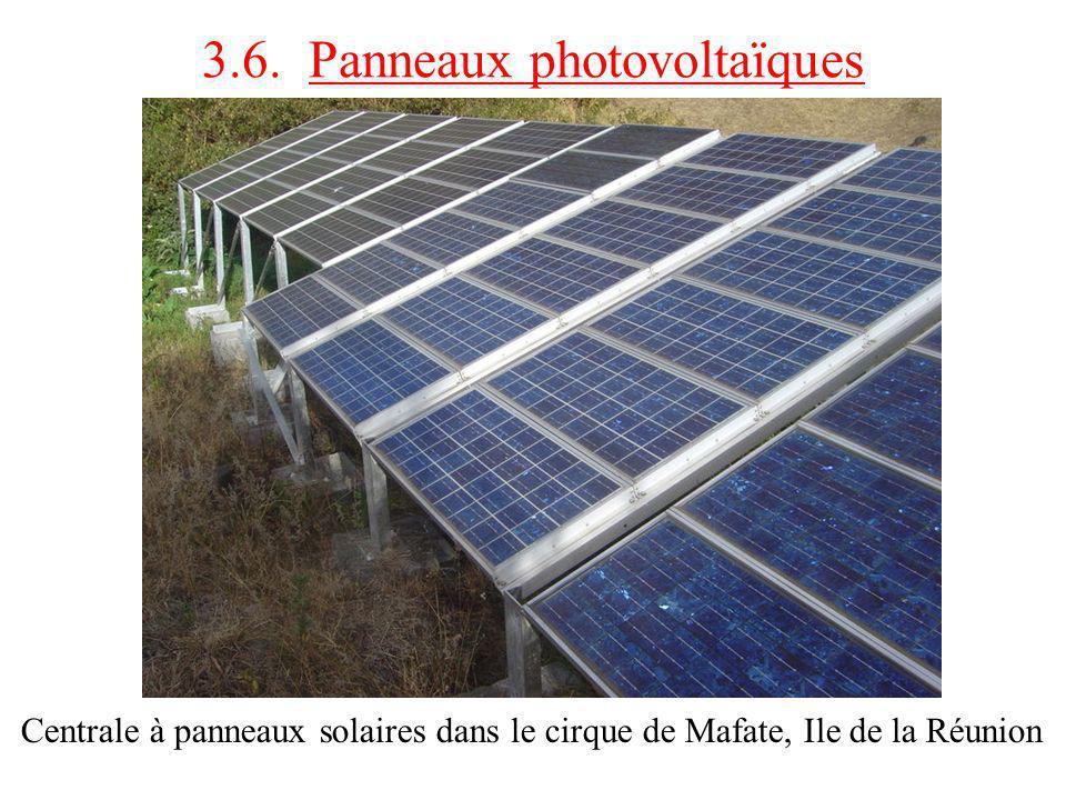 Centrale à panneaux solaires dans le cirque de Mafate, Ile de la Réunion