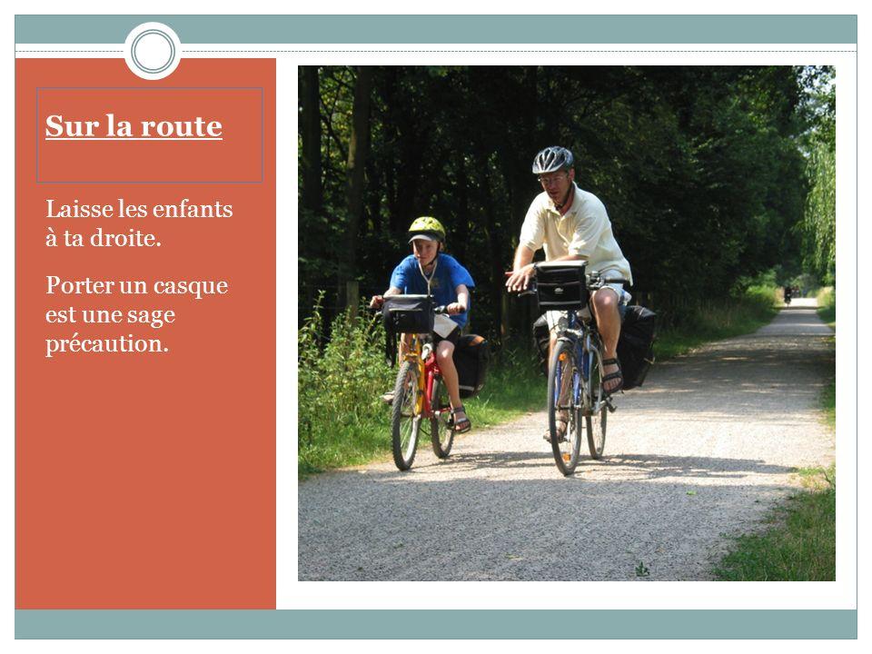 Sur la route Préviens les cyclistes qui te suivent en leur montrant du doigt les pièges: nids de poule, débris de verre, etc. Communique tes intention