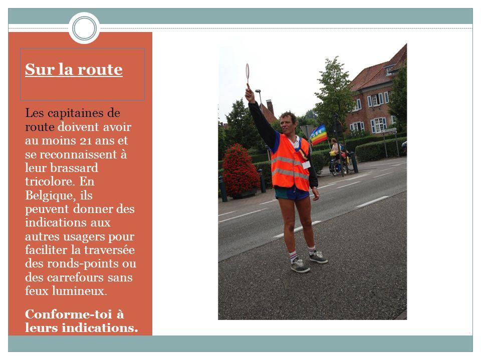 Sur la route En France, les cyclistes sans remorque ne doivent jamais rouler à plus de deux de front sur la chaussée ; ils doivent se mettre en file lorsqu un véhicule voulant les dépasser annonce son approche.