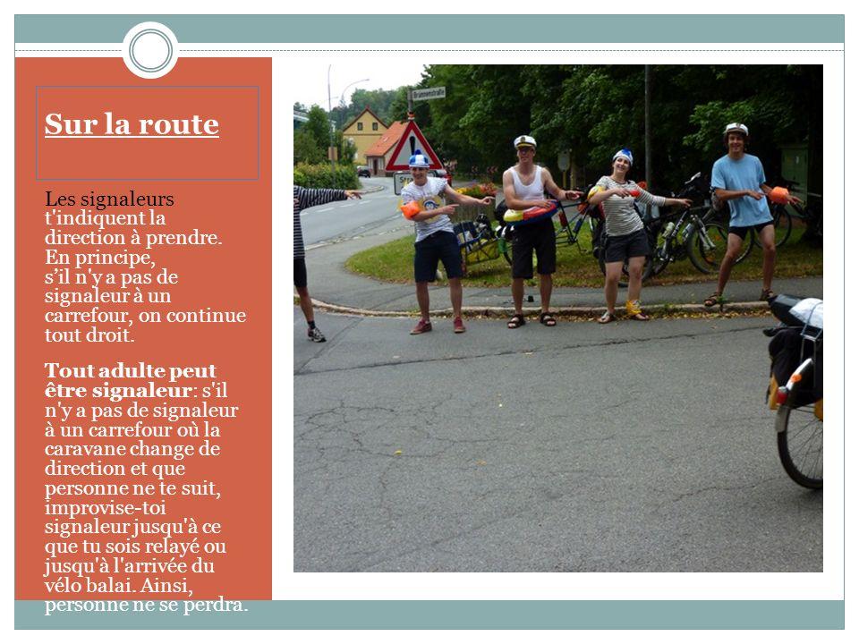 Sur la route Les capitaines de route doivent avoir au moins 21 ans et se reconnaissent à leur brassard tricolore.