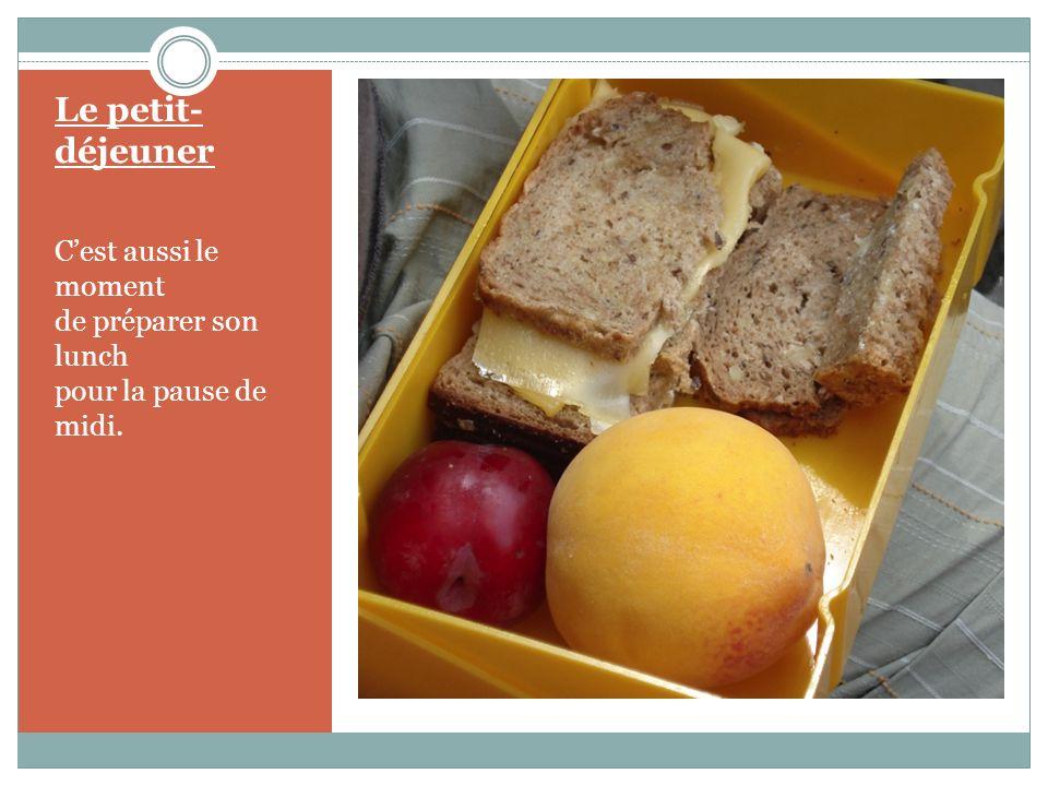 Le petit- déjeuner Soyons équitables. S'il y a des pommes, des pêches, des bananes, des œufs durs, la quantité est prévue pour que chacun en ait un/e.