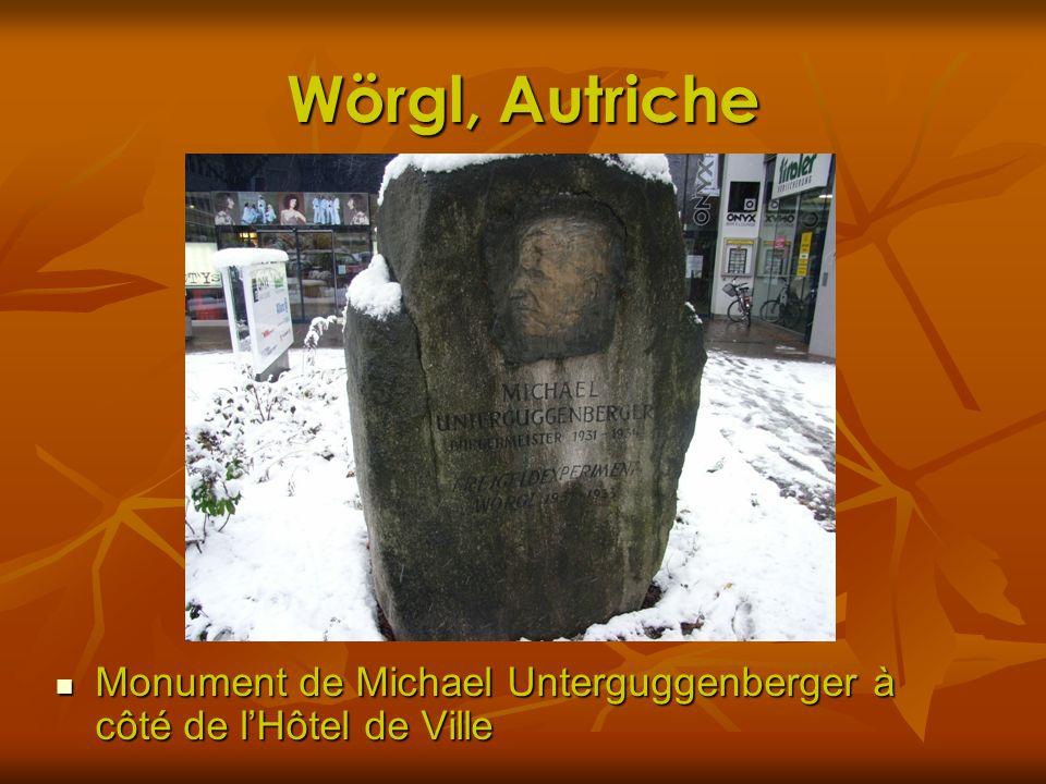Wörgl, Autriche Monument de Michael Unterguggenberger à côté de lHôtel de Ville Monument de Michael Unterguggenberger à côté de lHôtel de Ville