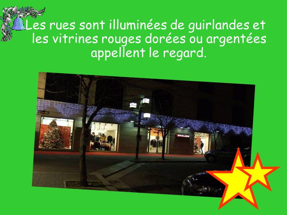 Les rues sont illuminées de guirlandes et les vitrines rouges dorées ou argentées appellent le regard.