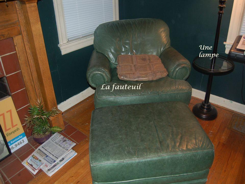 La fauteuil Une lampe