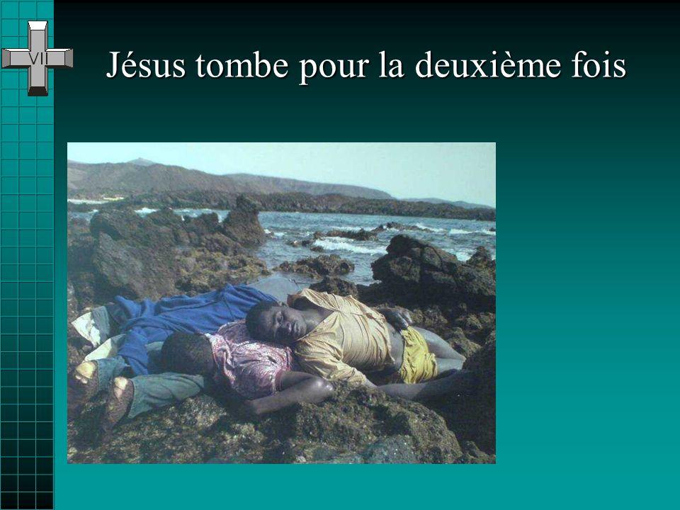 Le vent du désert efface vite les traces des crucifiés… les eaux de la mer ne reflètent que pendant un instant la face de ceux qui la traversent…... M