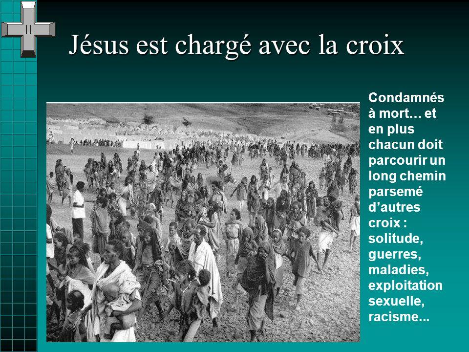 Jésus est chargé avec la croix