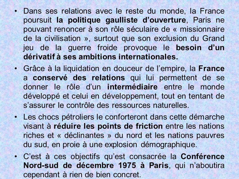 Dans ses relations avec le reste du monde, la France poursuit la politique gaulliste d'ouverture, Paris ne pouvant renoncer à son rôle séculaire de «