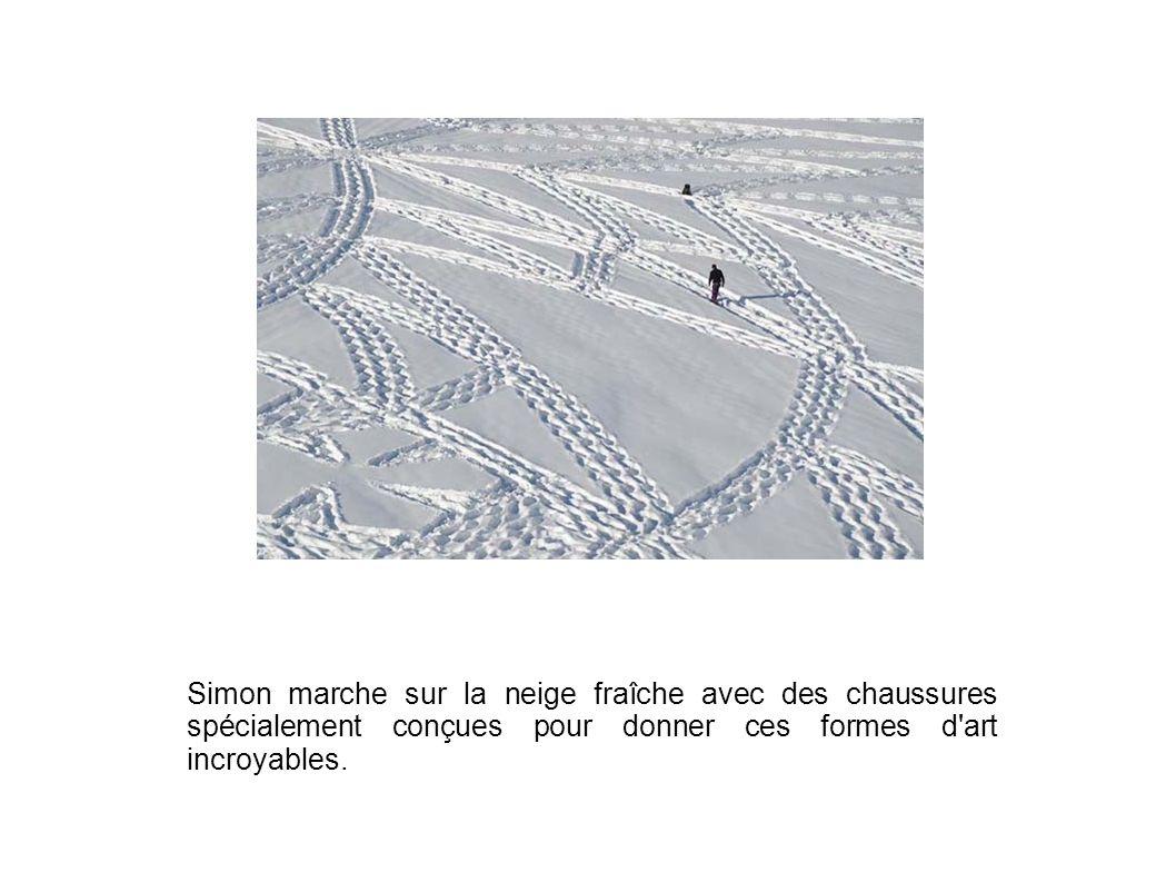 Simon marche sur la neige fraîche avec des chaussures spécialement conçues pour donner ces formes d'art incroyables.