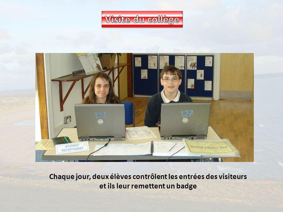 Chaque jour, deux élèves contrôlent les entrées des visiteurs et ils leur remettent un badge