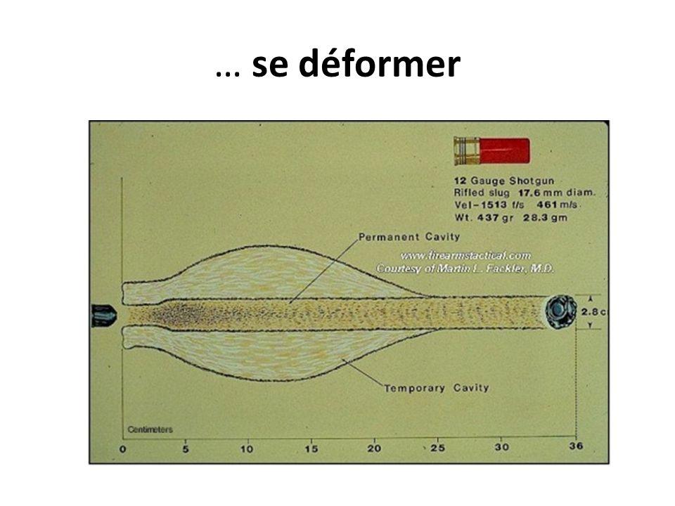 Eugène Doyen (1959-1916): un chirurgien expérimentateur  Réalise des tirs sur cadavres pour comprendre le comportement des projectiles  Teste systématiquement des calibres variés de la munition aiguille jusqu'au projectile de 12,5 mm pour établir l'opposition entre le caractère perforant et la puissance d'arrêt ainsi que les différents types d'effet vulnérant.