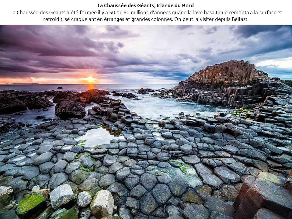 La Chaussée des Géants, Irlande du Nord La Chaussée des Géants a été formée il y a 50 ou 60 millions d'années quand la lave basaltique remonta à la surface et refroidit, se craquelant en étranges et grandes colonnes.