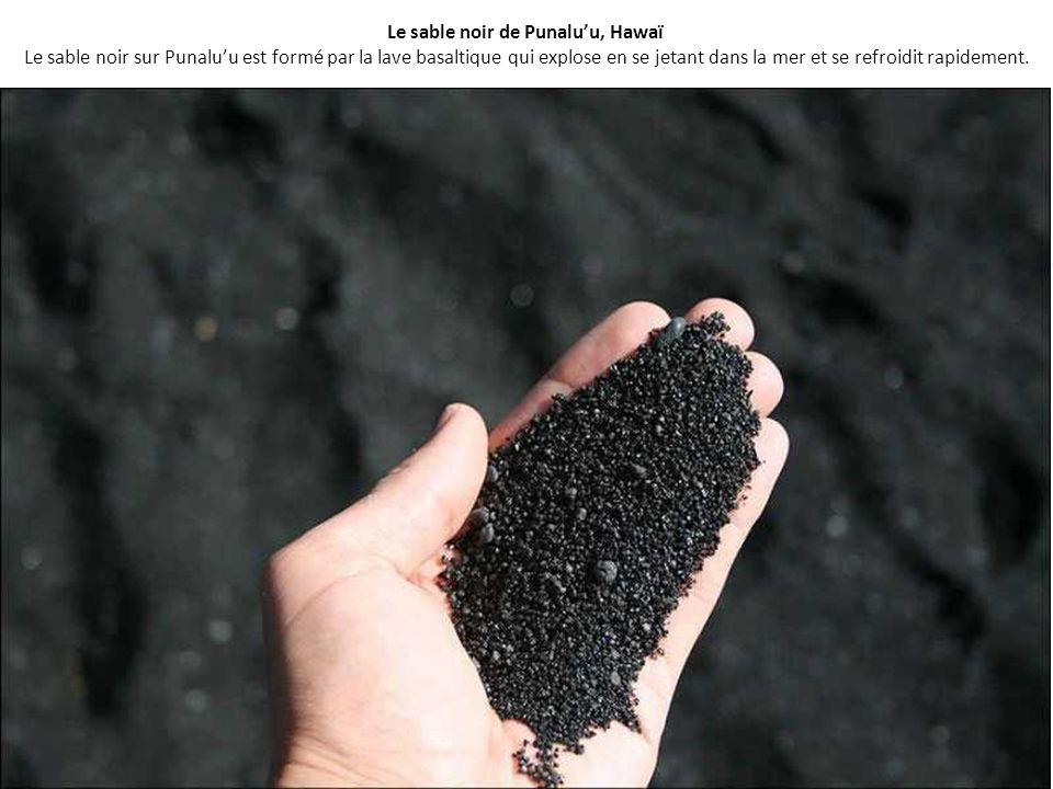 Le sable noir de Punalu'u, Hawaï Le sable noir sur Punalu'u est formé par la lave basaltique qui explose en se jetant dans la mer et se refroidit rapidement.