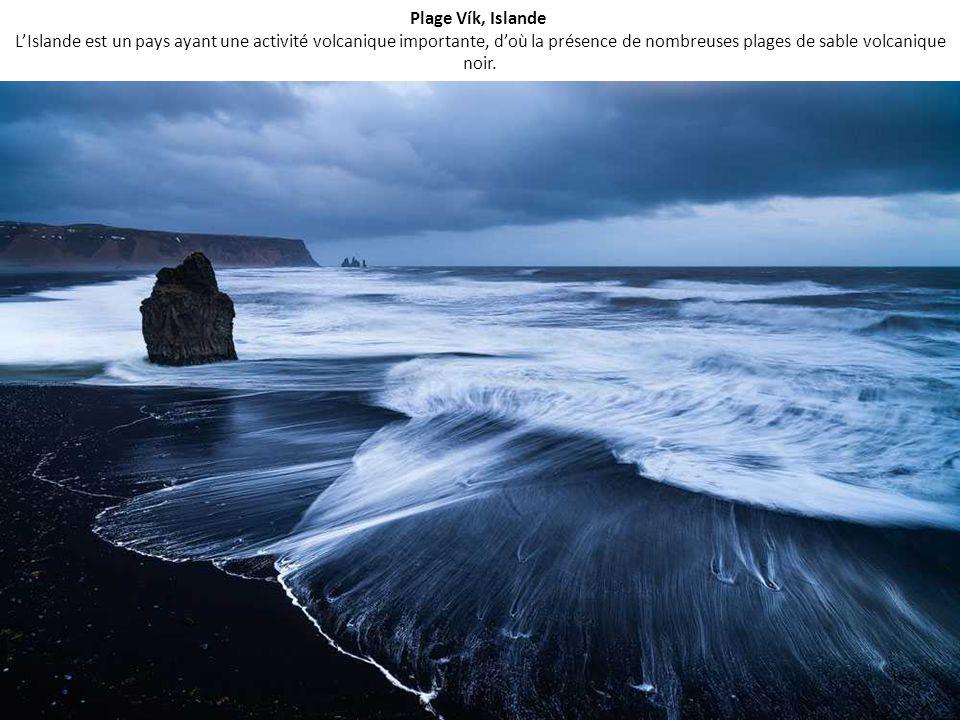 Plage Vík, Islande L'Islande est un pays ayant une activité volcanique importante, d'où la présence de nombreuses plages de sable volcanique noir.