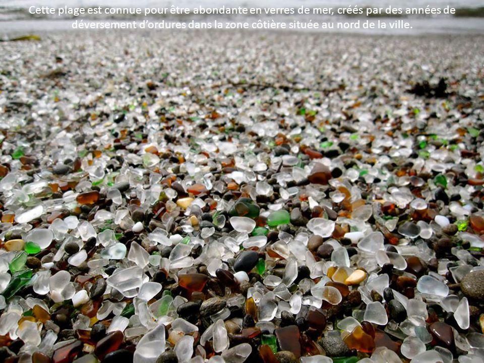 Cette plage est connue pour être abondante en verres de mer, créés par des années de déversement d'ordures dans la zone côtière située au nord de la ville.