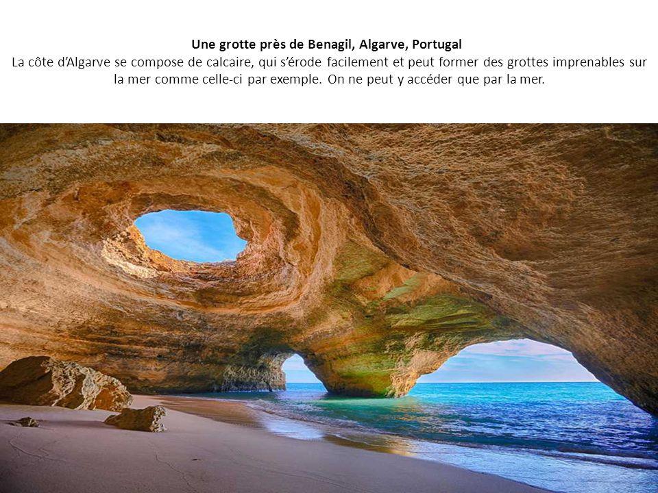 Une grotte près de Benagil, Algarve, Portugal La côte d'Algarve se compose de calcaire, qui s'érode facilement et peut former des grottes imprenables sur la mer comme celle-ci par exemple.