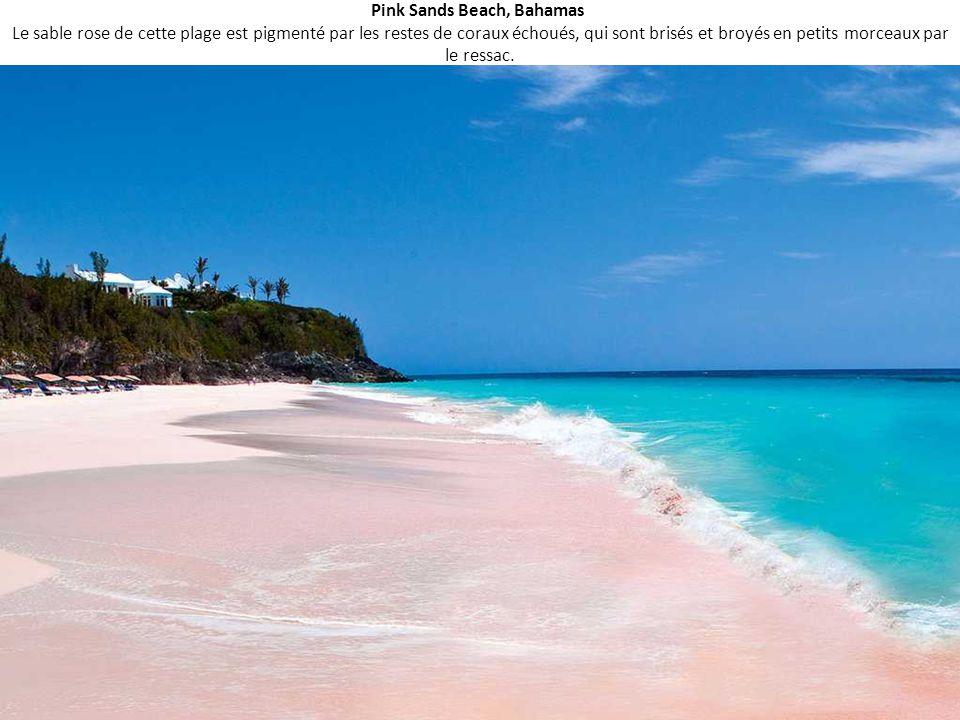Pink Sands Beach, Bahamas Le sable rose de cette plage est pigmenté par les restes de coraux échoués, qui sont brisés et broyés en petits morceaux par le ressac.