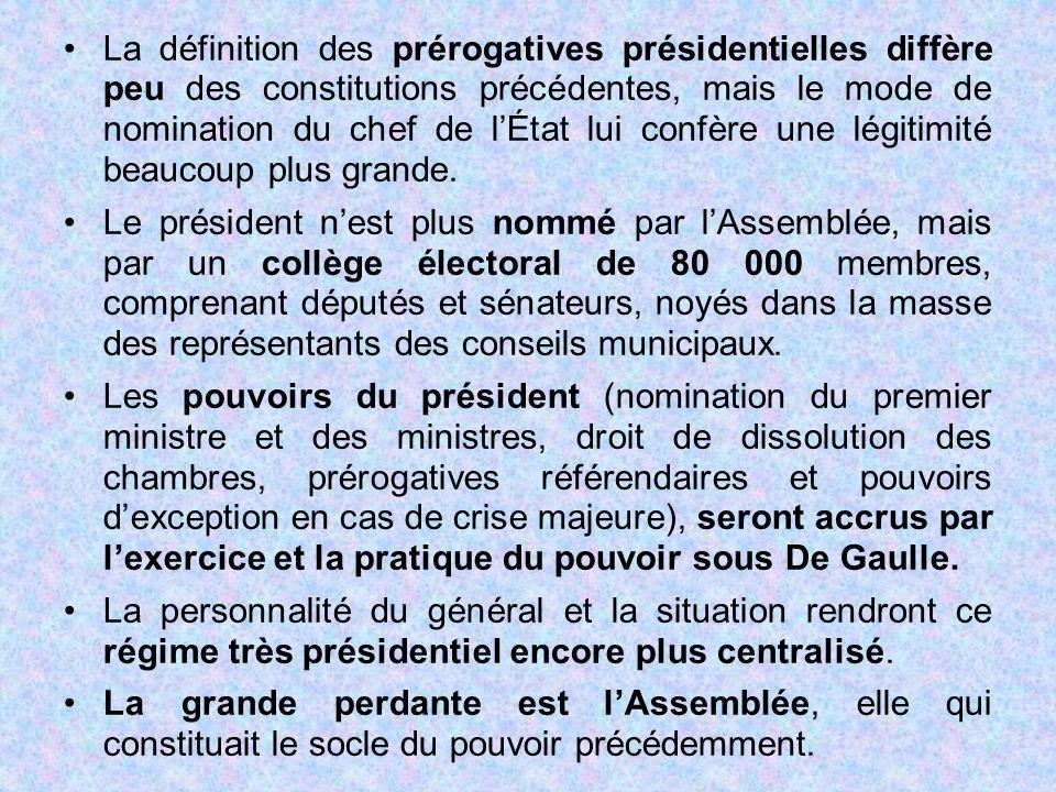 La définition des prérogatives présidentielles diffère peu des constitutions précédentes, mais le mode de nomination du chef de l'État lui confère une