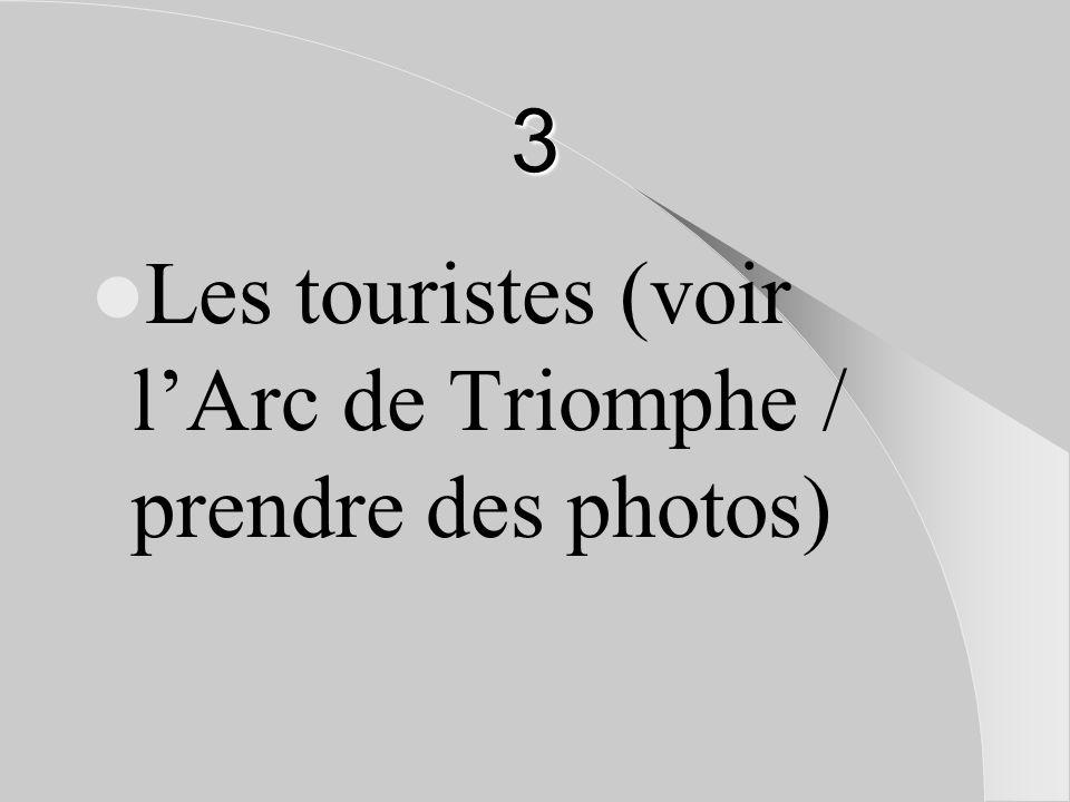 3 Les touristes (voir l'Arc de Triomphe / prendre des photos)