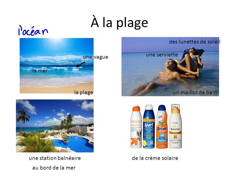 À la plage la plage la mer une vague une station balnéaire au bord de la mer de la crème solaire un maillot de bain des lunettes de soleil une serviet