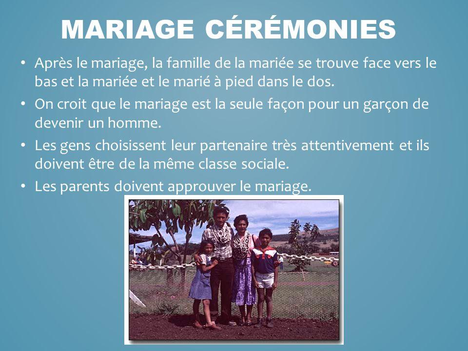 Après le mariage, la famille de la mariée se trouve face vers le bas et la mariée et le marié à pied dans le dos. On croit que le mariage est la seule