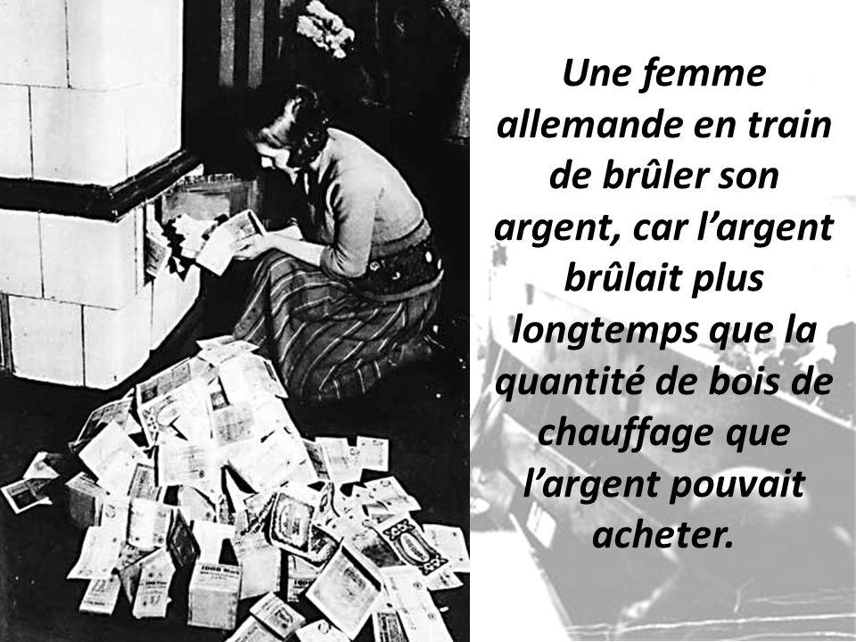 Une femme allemande en train de brûler son argent, car l'argent brûlait plus longtemps que la quantité de bois de chauffage que l'argent pouvait acheter.