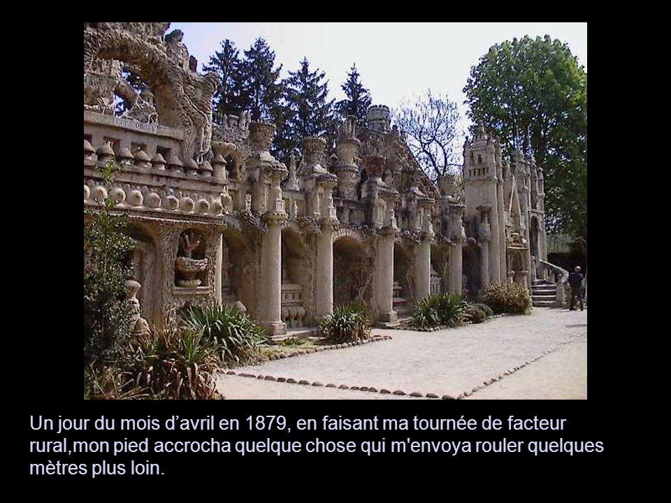 A partir de 1914, il passe huit années supplémentaires à charrier des pierres jusqu au cimetière d Hauterives et à les assembler, pour former le Tombeau du silence et du repos sans fin, achevé en 1922.